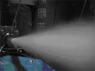 液体窒素の気化膨張を利用したロケットエンジンの噴射風景です